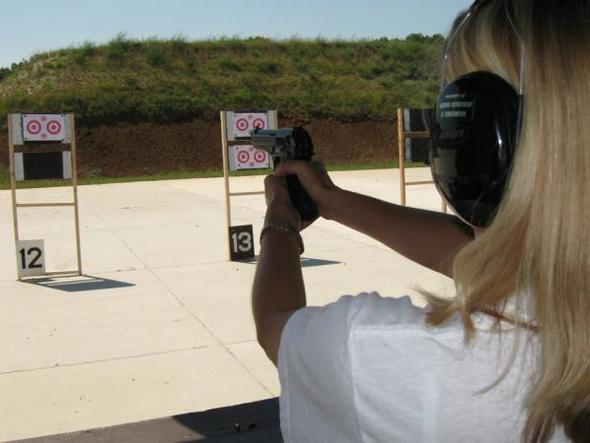 woman_shooting_handgun