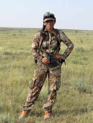Mia-Anstine-wearing-SHE-lightweight-hunting-clothing-by-Lea-Leggitt