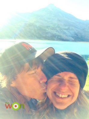 Feature_Photo_Hiking_Couple_Kiss